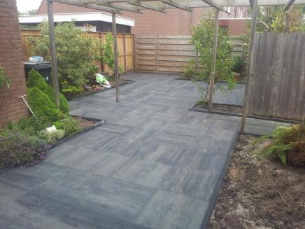 Hout beton schutting bestrating alkmaar for Tuin laten bestraten